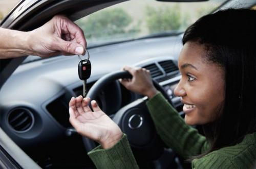 Cómo establecer reglas de conducción adolescente