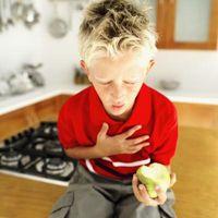 Los alimentos que representan el mayor riesgo de asfixia para los niños