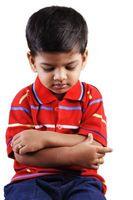 Las ideas de disciplina para un niño de 4 años de edad que se muestra desafiante