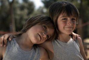 Las personalidades opuestas y apariencias de los gemelos