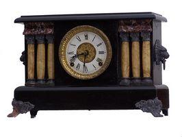 Cómo ajustar un reloj antiguo Ingraham Manto