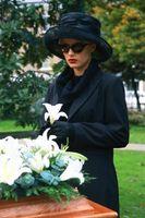 Tradición de poner pétalos de flores sobre la tumba de los muertos