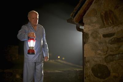 La comparación de la linterna LED de la bombilla incandescente