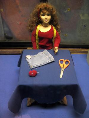 Cómo hacer un modelo en miniatura Casa Uso de los artículos del hogar para muebles