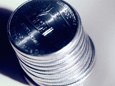 Cómo voltear una moneda en-entre los dedos