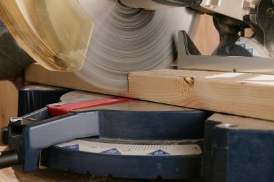 Cómo configurar una estación de corte para una sierra radial del brazo