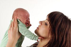 Los procedimientos para una madre soltera rellenando un certificado de nacimiento