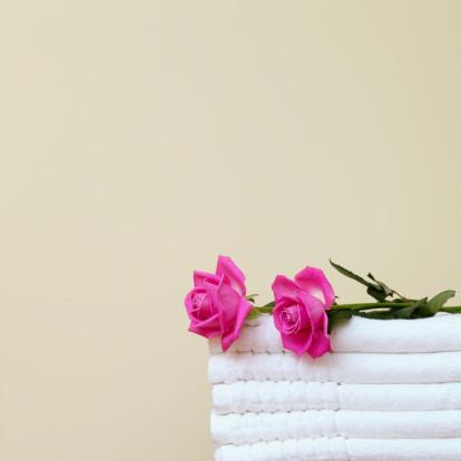 Cómo envolver las toallas para que parezca un pastel de bodas