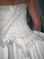 Cómo conectar un Bullicio a un vestido de novia