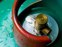 ¿Qué ocurre con la presión del gas dentro de un contenedor si la temperatura del gas se reduce?