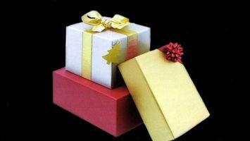 Cómo cubrir una caja para regalos