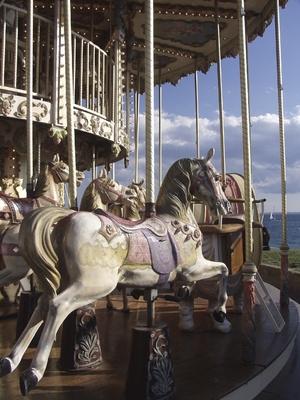 La diferencia entre un Merry-Go-Round & carrusel