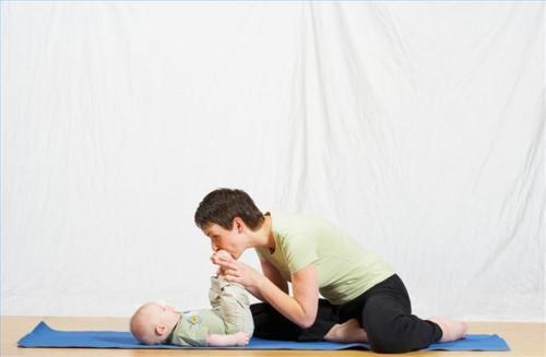 Cómo asistir a una clase de yoga de bebé