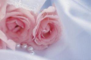 Cómo hacer adornos de seda para un vestido de novia