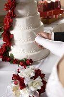 Cómo utilizar flores de seda para decorar un pastel de bodas