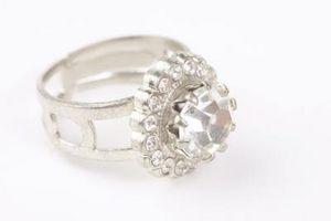 Cómo encontrar un anillo con diamantes en el interior de la banda