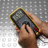 Cómo medir el voltaje a través de un circuito