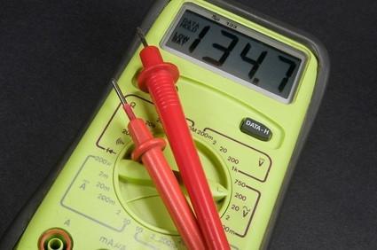 Cómo utilizar un medidor digital de voltaje