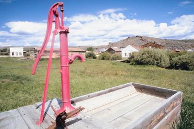 Cómo medir las Tablas de agua subterránea en un pozo artesiano Acuífero