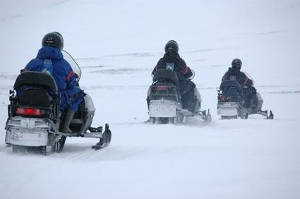 Cómo hacer un remolque de motos de nieve