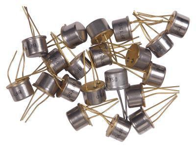 El funcionamiento de un transistor como amplificador en una configuración de emisor común