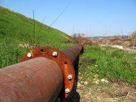 ¿Cómo afecta la viscosidad del flujo de aceite en una tubería?
