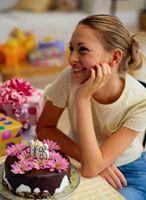 Cómo decorar una tabla de la torta para un partido del dulce dieciséis