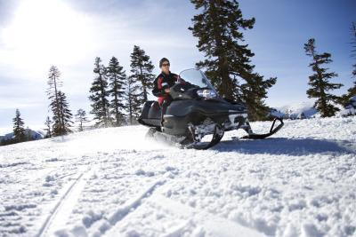 Cómo comprobar esquí del dedo del pie de una moto de nieve