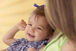 Cómo mantener a un bebé de pelo suave y liso