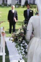 Como la cinta por un pasillo corredor para una boda al aire libre