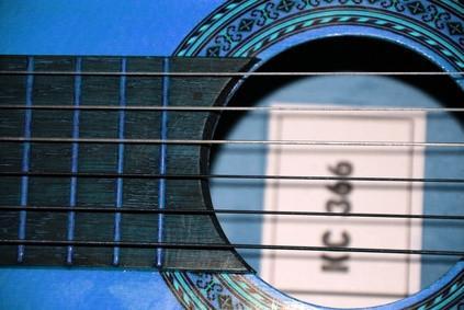 Cómo pintar una guitarra de madera