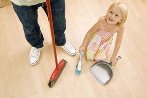 Cómo entretener a los niños pequeños al intentar hacer las tareas