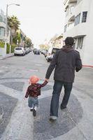 Cómo enseñar a los niños pequeños los peligros de correr hacia la calle o en el