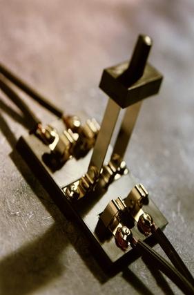 Cómo controlar un dispositivo que utiliza dos fuentes de energía