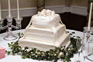 Cortar una torta de boda del cuadrado