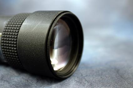 ¿Cómo puedo tomar una foto de alta velocidad Con una Canon 20D con poca luz?