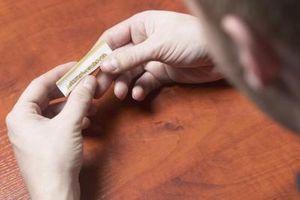 Cómo insertar el papel en un rodillo del cigarrillo
