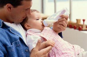 Cómo mantener a un bebé seguro mientras que la alimentación de la botella