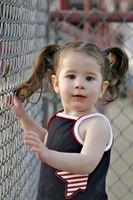 Los niños pequeños y tirones de pelo