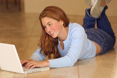 Cómo jugar juegos con sus amigos a través de Internet