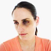 Cómo ayudar a las mujeres romper con relaciones abusivas