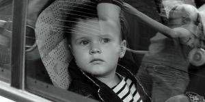 Cómo saber cuando su niño pasa su parte frontal hacia los asientos del coche