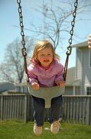 Cómo instalar un columpio para niños al aire libre en un árbol