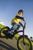Cómo enseñar a un paseo del niño de la bicicleta